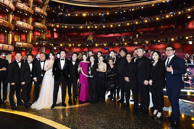 画像: アカデミー賞授賞式に出席した『パラサイト』クルーの様子。飲み会に参加したのは、この倍以上の人数。