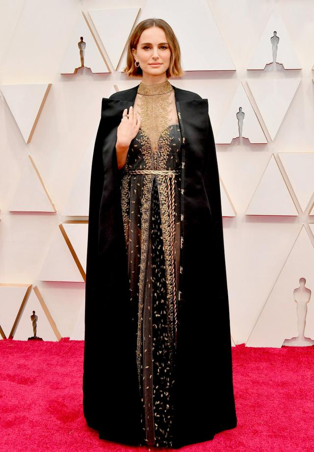 画像: DIOR(ディオール)のドレスに羽織ったケープのパイピング部分には、ノミネートされなかった女性監督たちの名前がゴールドの糸で刺繍された。
