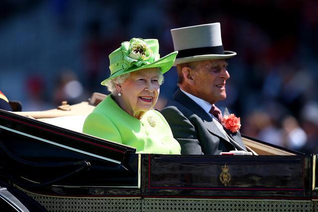 画像: エリザベス女王とフィリップ殿下。