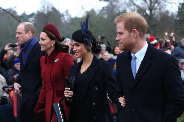 画像: 2019年のクリスマスの朝に行なわれた毎年恒例の礼拝にて。左奥はウィリアム王子&キャサリン妃夫妻。