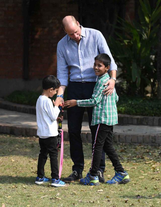 画像: パキスタンで、現地の子供たちとスポーツを楽しんだウィリアム王子。