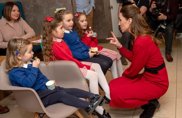 画像: ウェールズを訪問した際に、アイスクリーム店で子供たちと交流したキャサリン妃。