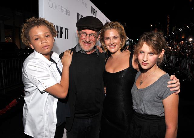 画像: 2009年の映画『ローラー・ガールズ・ダイアリー』のプレミアにて、左からミカエラ、スティーブン、俳優のドリュー・バリモア、ミカエラの妹でスピルバーグ家の末っ子のデストリ―。