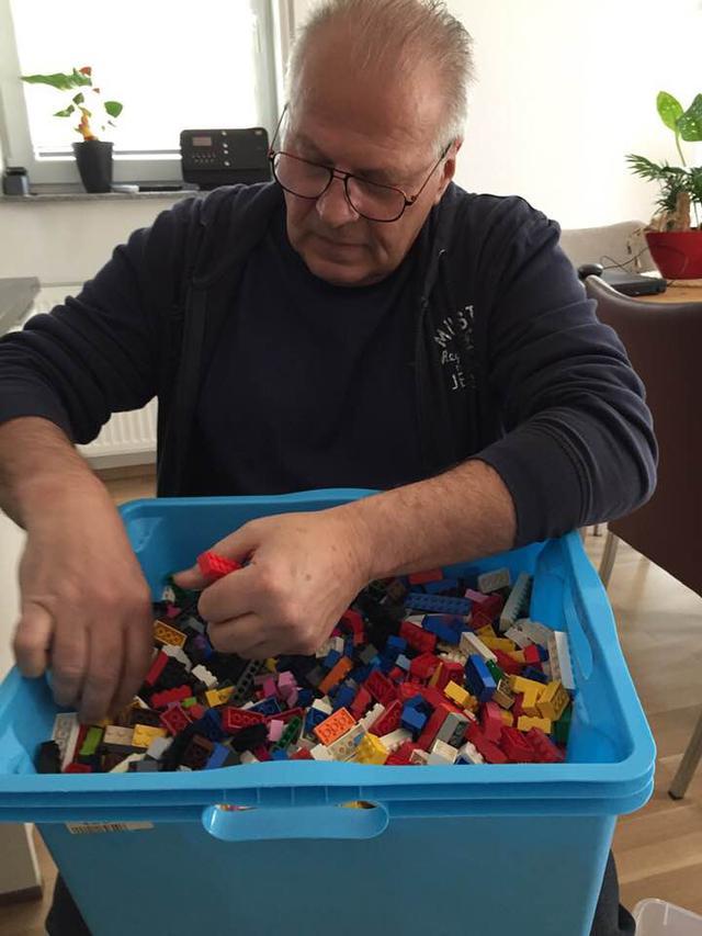 画像: レゴ・スロープ製作にはリタおばあちゃんの夫も協力している。©Rita Ebel/Facebook