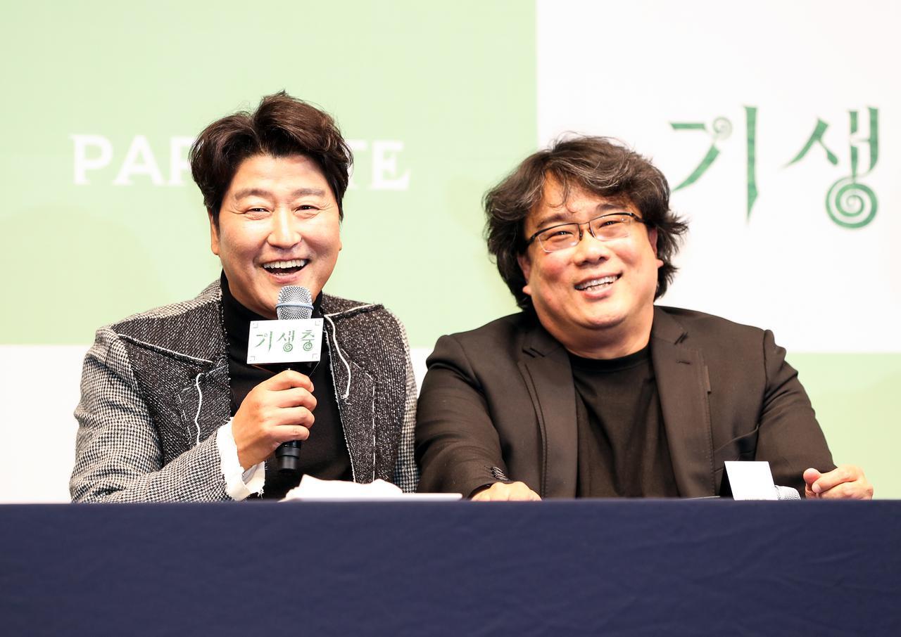 画像: 『パラサイト 半地下の家族』主演のソン・ガンホ(左)とポン・ジュノ監督(右)