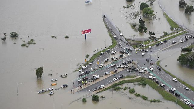 画像: 道が水に沈んだオーストラリアのタウンズビル。(2020年2月4日に撮影)