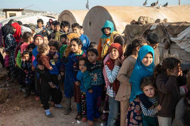 画像: 人道救助基金(İHH)の配給のために並ぶシリア難民の子供たち。(2020年2月20日撮影)