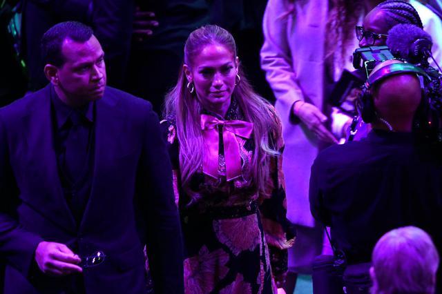 画像: 恋人で元メジャーリーガーのアレックス・ロドリゲスとともに会場を訪れたジェニファー・ロペス。