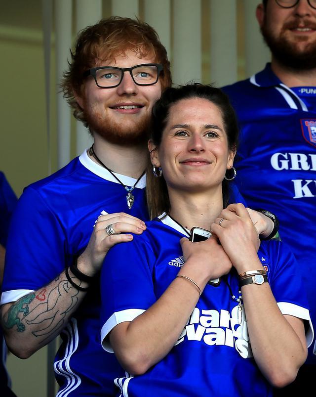 画像: エドと妻のチェリー。写真は2018年に開催された2人の地元チームが出場したサッカー試合にて撮影。