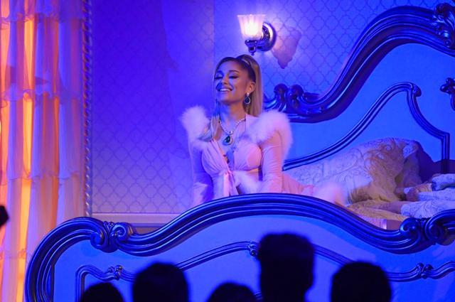 画像: グラミー賞のステージでピートやそのほかの元カレたちへの感謝を歌ったヒット曲「サンキュー、ネクスト(thank u, next」を披露したアリアナ。