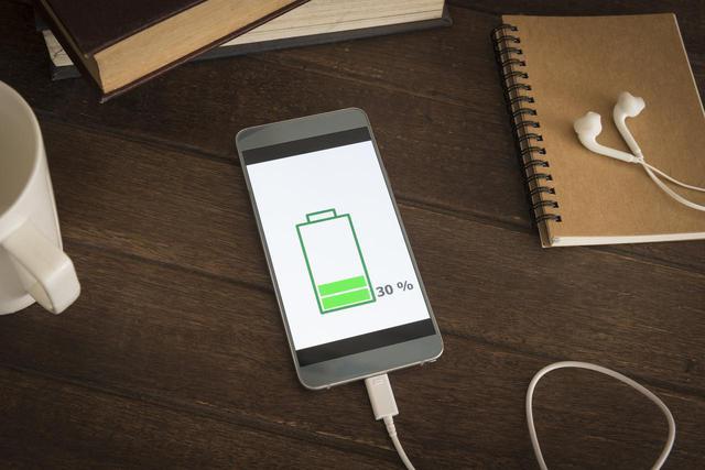 画像: 充電中に使用する人も多いスマホ
