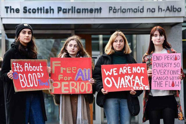 画像: 2月25日当日の朝に、スコットランド議会の前でプロテストを行なった女性たち。