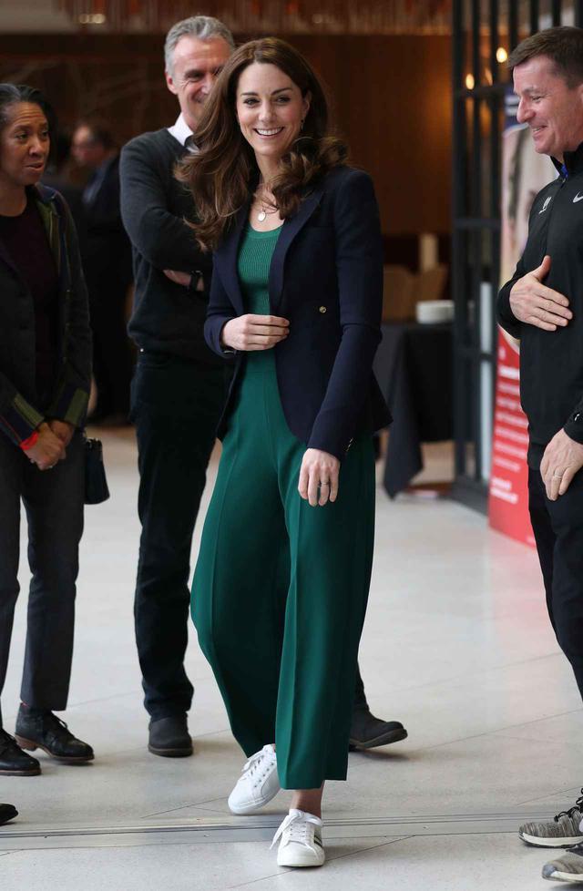 画像: キャサリン妃が5,500円のスニーカーを着用