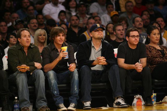 画像: 2008年に、ロサンゼルス・レイカーズ対デンバー・ナゲッツの試合を観戦するザック(左)レオナルド(中央)ケヴィン(右)。
