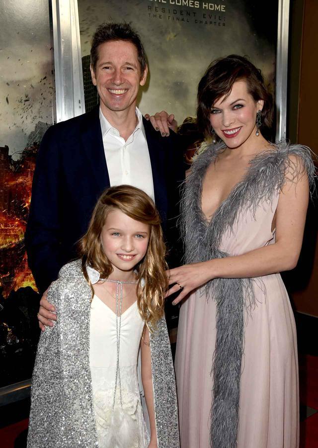 画像: 2017年の映画『バイオハザード: ザ・ファイナル』のプレミアにて。ミラ&ポール・W・S・アンダーソン監督夫妻とエヴァー。