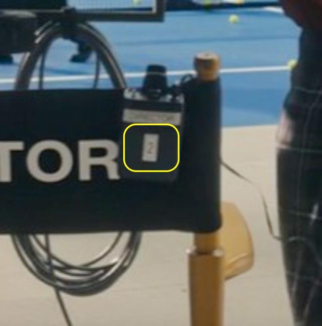 画像: 「2」の上に貼られたステッカーには「Director(監督)」と書かれているよう。©Taylor Swift/ YouTube