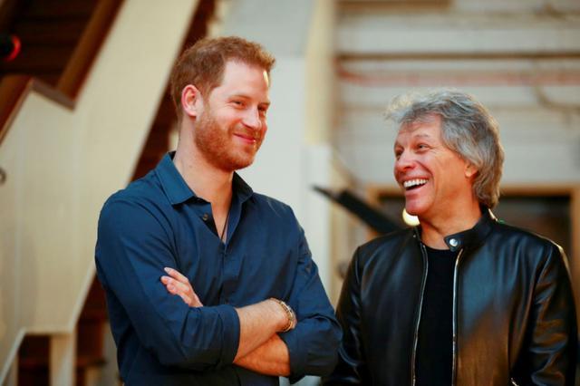 画像: ジョンと談笑するヘンリー王子。
