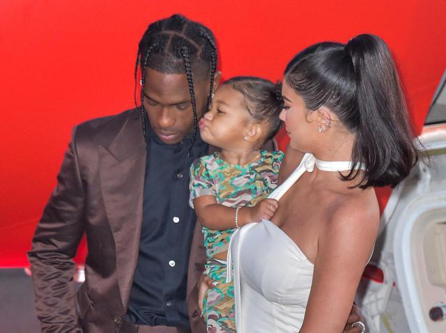 画像: カイリーとトラヴィスが交際中の2019年8月には、親子3人で姿を見せた。