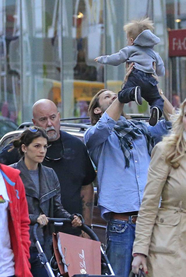 画像: 2013年にニューヨークで目撃されたジュヌヴィエーヴ、ジャレッドと息子のトーマス君。