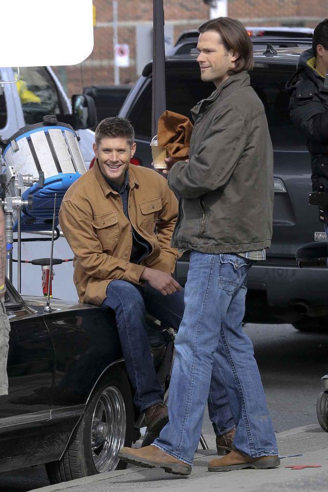画像: 2014年に『スーパーナチュラル』の撮影現場で休むジャレッドとジェンセン。