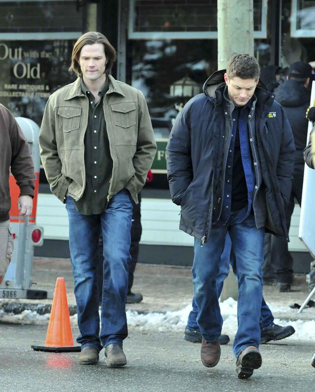 画像: 2012年に『スーパーナチュラル』の撮影に臨むジャレッドとジェンセン。