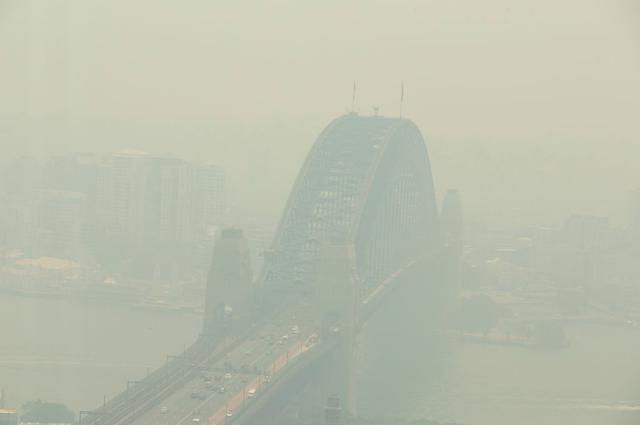 画像: 火災による煙に包まれるシドニー。(2019年12月19日撮影)
