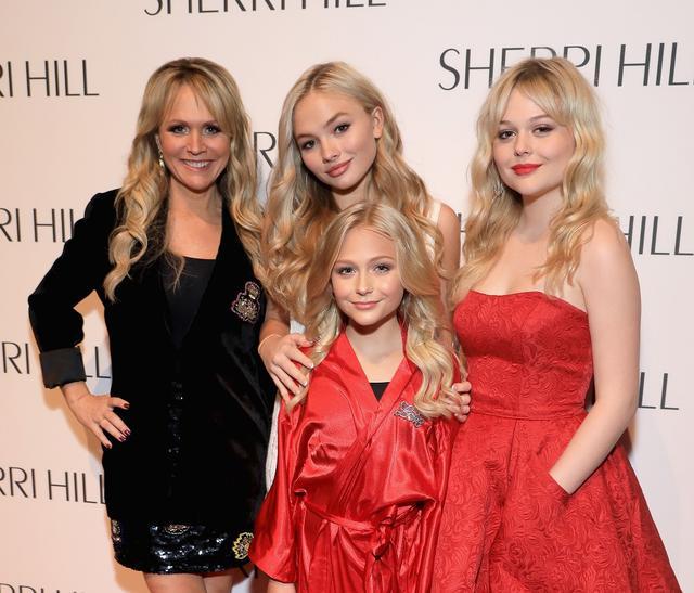 画像: 左から:母のバーバラ、姉のアリン、妹のアリヴィア(手前)、エミリー。