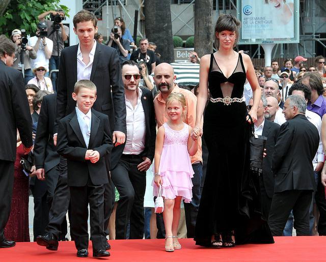画像: 2009年のカンヌ国際映画祭にて共演者たちとレッドカーペットを歩く当時9歳のエミリー。