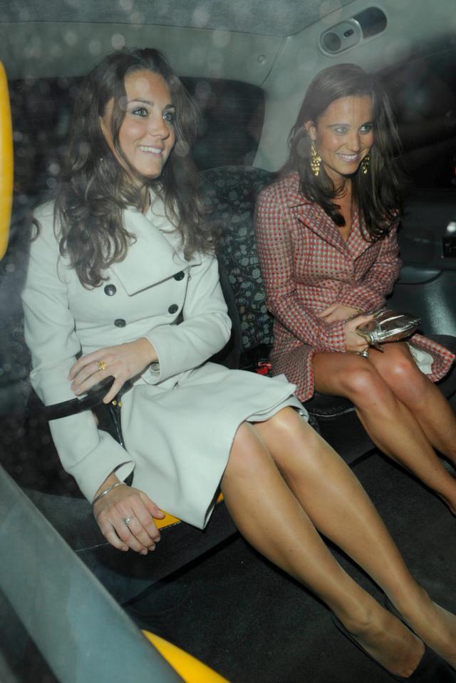 """画像: 妹ピッパとタクシーに乗り込む""""嫁入り前""""のキャサリン妃。"""