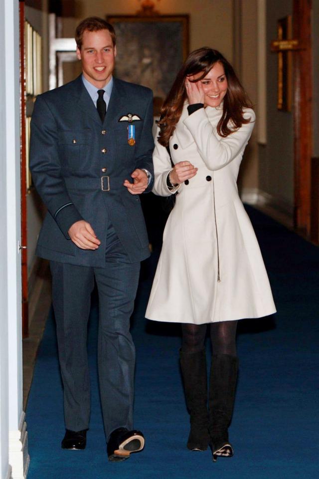 画像: 2008年4月にウィリアム王子の修了式に同伴した際の着こなし。