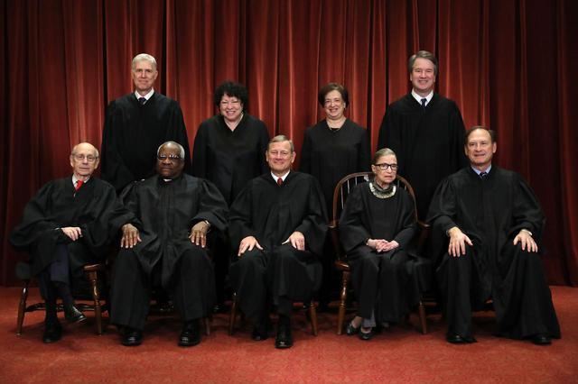 画像: 就任後、他の8名の判事と並ぶカバノー氏(上段右)。じつは、1991年に任命された現役のクラレンス・トーマス最高裁判所判事(下段左から2番目)も、オクラホマ大学教授から性被害を告発された過去がある。