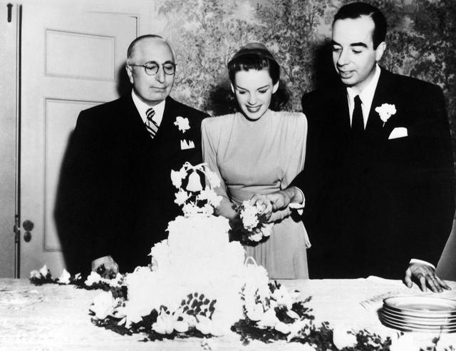 画像: ルイス・B・メイヤー(左)、ジュディ・ガーランド(中央)、ジュディの2人目の夫ヴィンセント・ミネリ