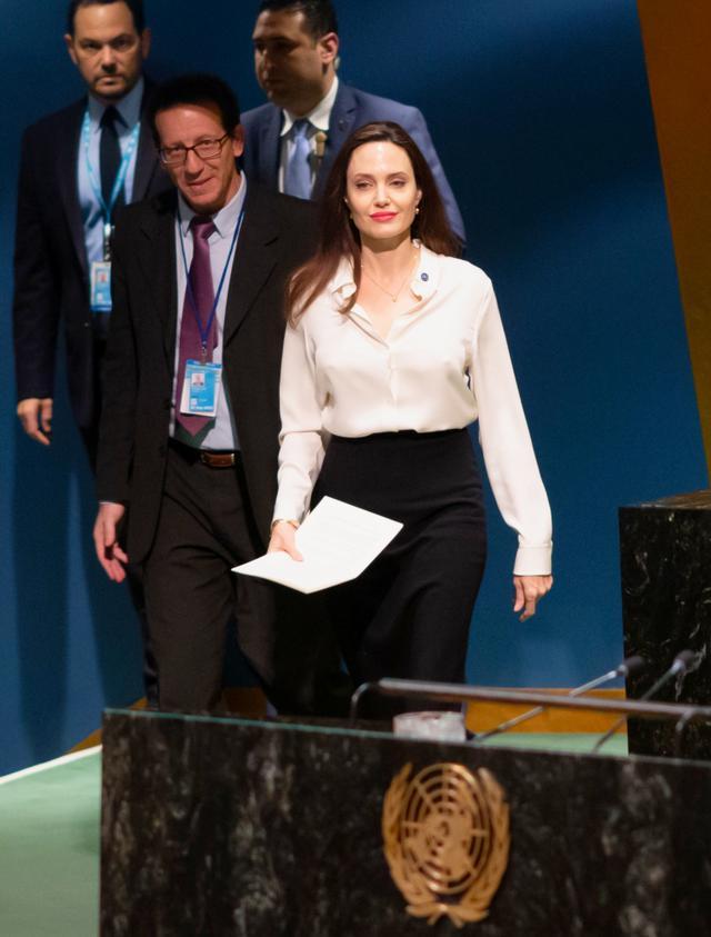 画像: 国連のイベントでスピーチを行なうアンジェリーナ。
