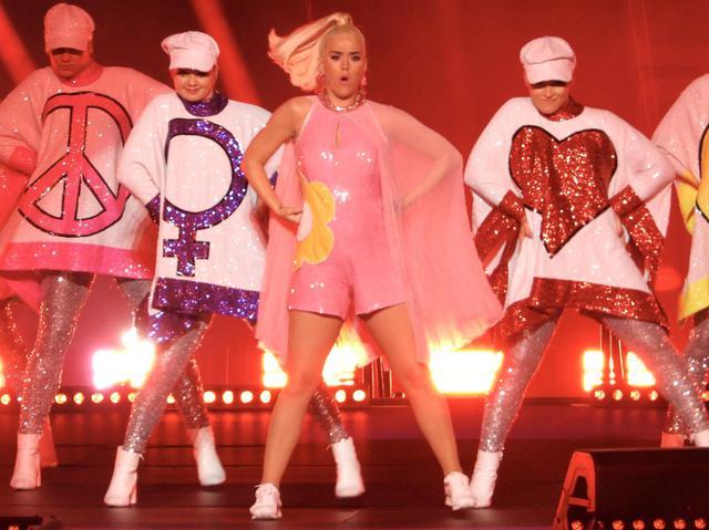 画像: バックダンサーが♀マークをつけているのは国際女性デーのサポート表明のため。