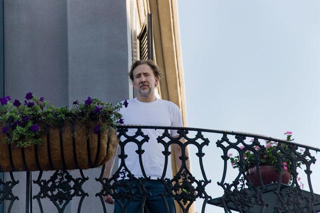 画像: マダム・ラローリーの館のベランダから顔を覗かせるニコラス・ケイジ