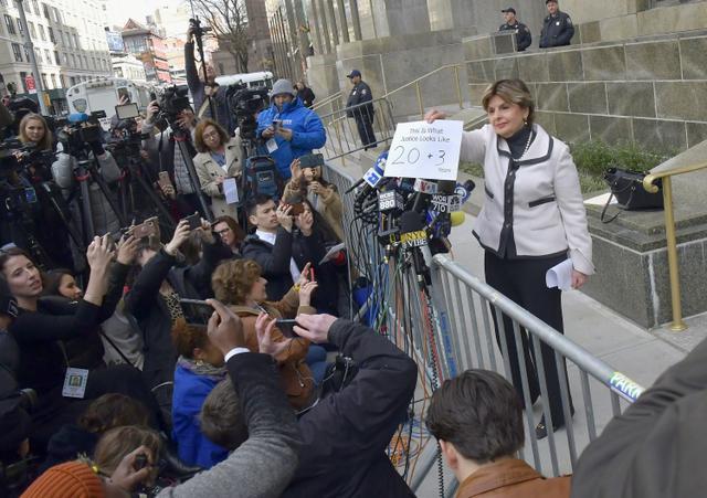 画像: 「This is what justice look like(正義とはこういうもの)」というメッセージにワインスタイン被告に課せられる禁錮刑の年数「20+3 years(23年)」と手書きで書き足された紙を報道陣に見せる原告側弁護人。