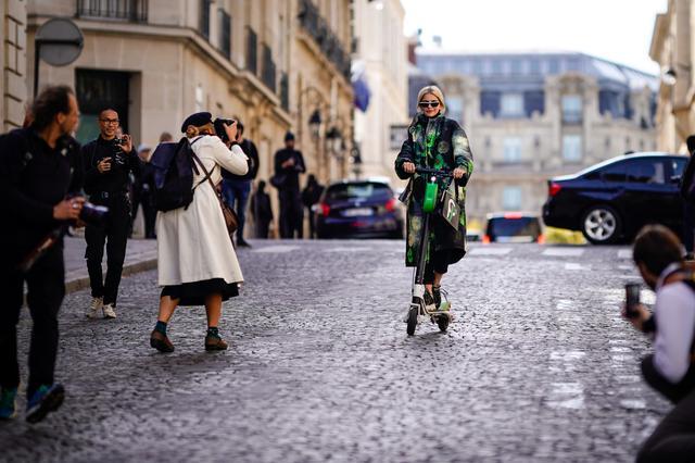 画像: 電動スケーターに乗ってパリファッションウィークの会場に登場したブロガーのキャロライン・ダウア。