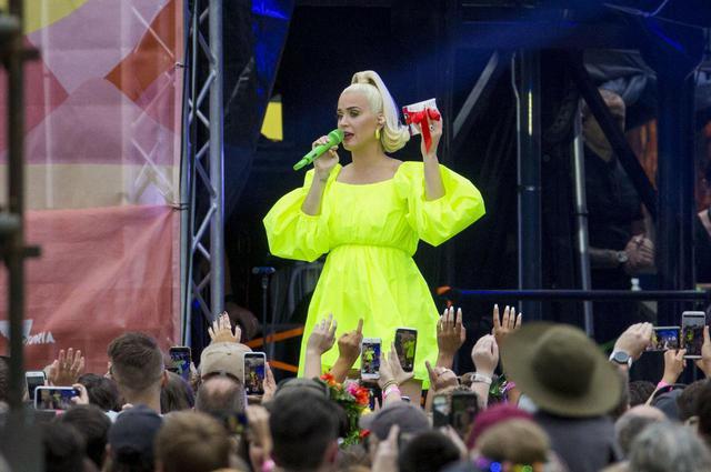 画像: 公演中、ケイティはファンからトイレットペーパーをプレゼントされた。