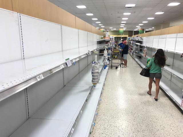 画像: フロリダ州マイアミにあるスーパー。消費者の買い占めによってトイレットペーパーの棚が空になっている。