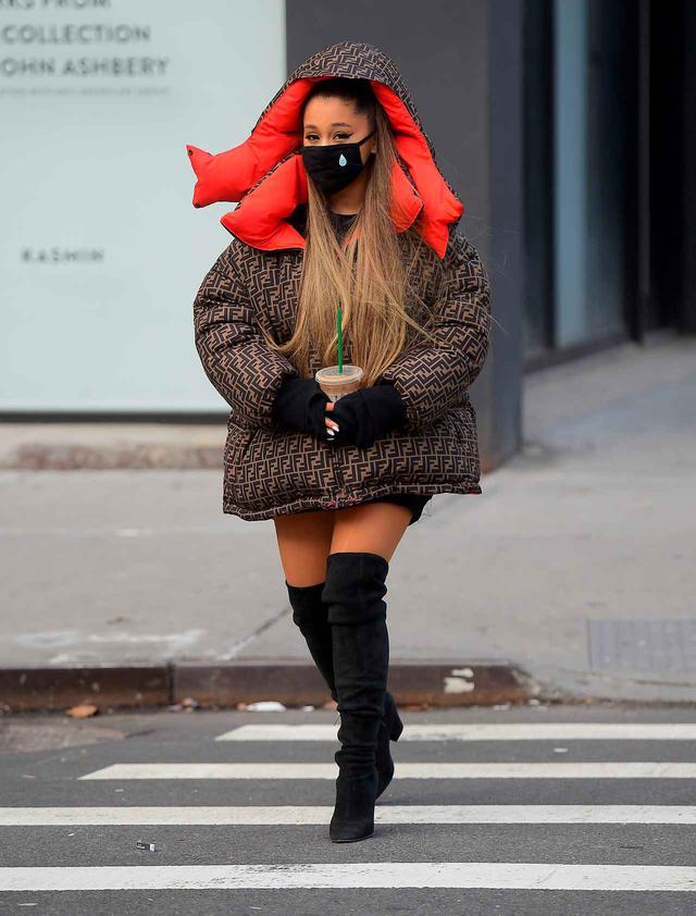 画像: マスクをして街を歩くアリアナ。 ※2019年1月に撮影された写真。