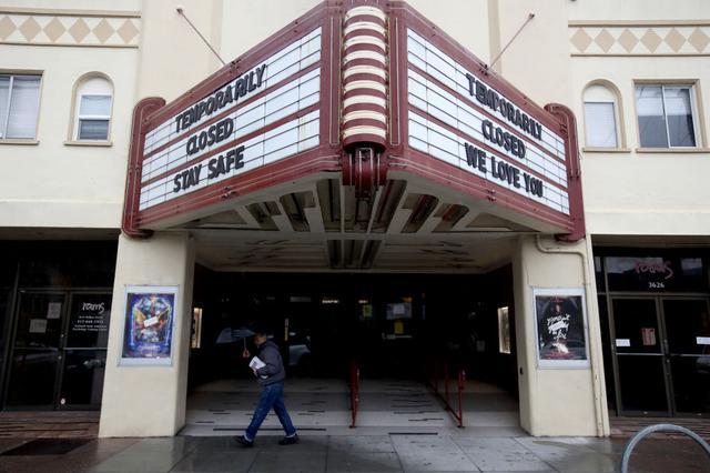 画像: カリフォルニア州サンフランコにある休館中の映画館バルボア・シアターの電光掲示板には、公開中の作品名が表示される代わりに「一時閉館中。みなさんどうか安全で」の文字が。