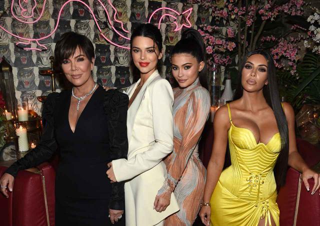 画像: カーダシアン/ジェンナー家の末っ子カイリー(中央右)は、自身が手掛けるコスメブランドKylie Cosmetics(カイリー・コスメティックス)を成功させ、一代で億万長者になった史上最年少の人物に認定されている。その資産は1,000億円を超える。
