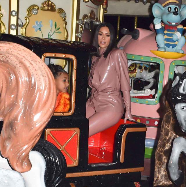 画像2: キムが子供と遊園地へ
