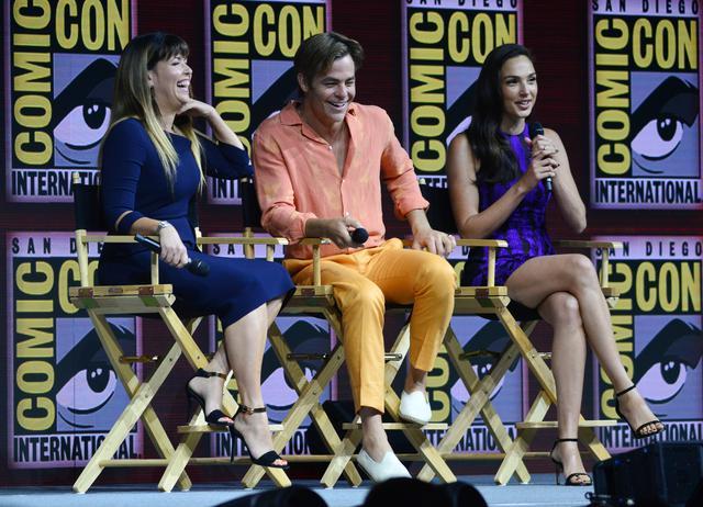 画像: 米San Diego Comic Con 2018に参加したパティ・ジェンキンス監督(左)、クリス・パイン(中央)、ガル・ガドット(右)