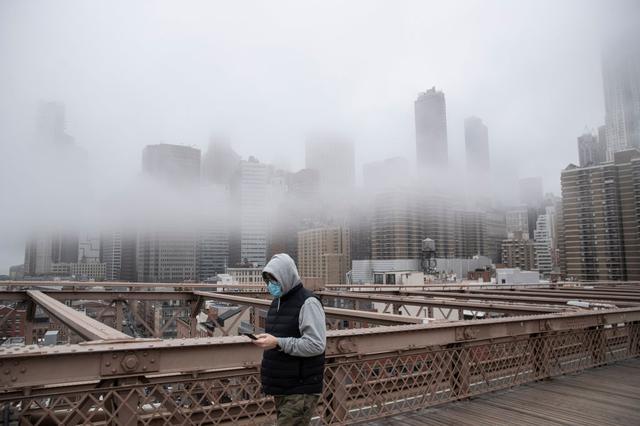 画像: ニューヨークでマスクをする通行人。