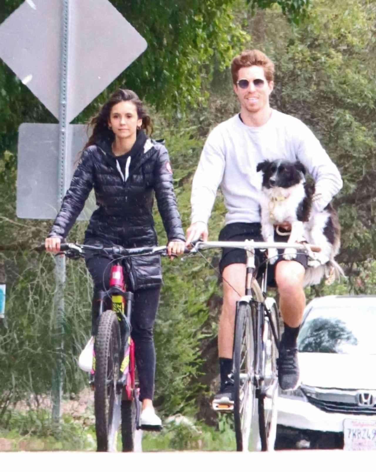 画像: ショーンが小脇に抱えているのは、ニーナの愛犬マーヴェリック。
