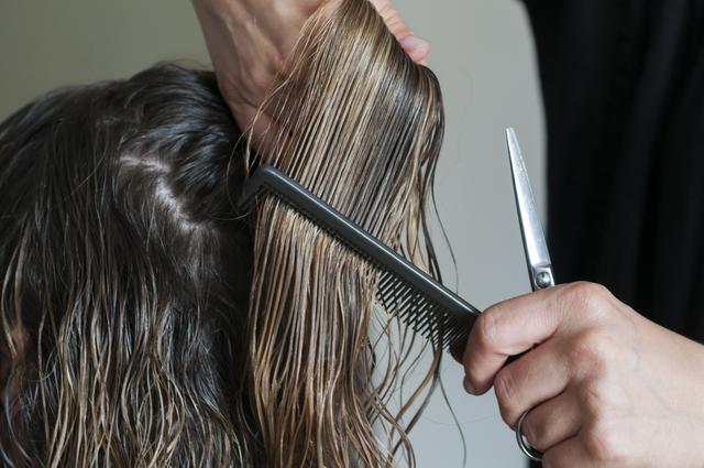 画像: コツ2. 乾いた髪でカットする