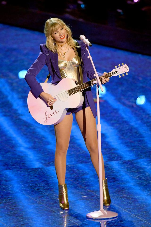 画像: MTVビデオ・ミュージック・アワードのステージで「ラヴァー」を初披露したテイラー。