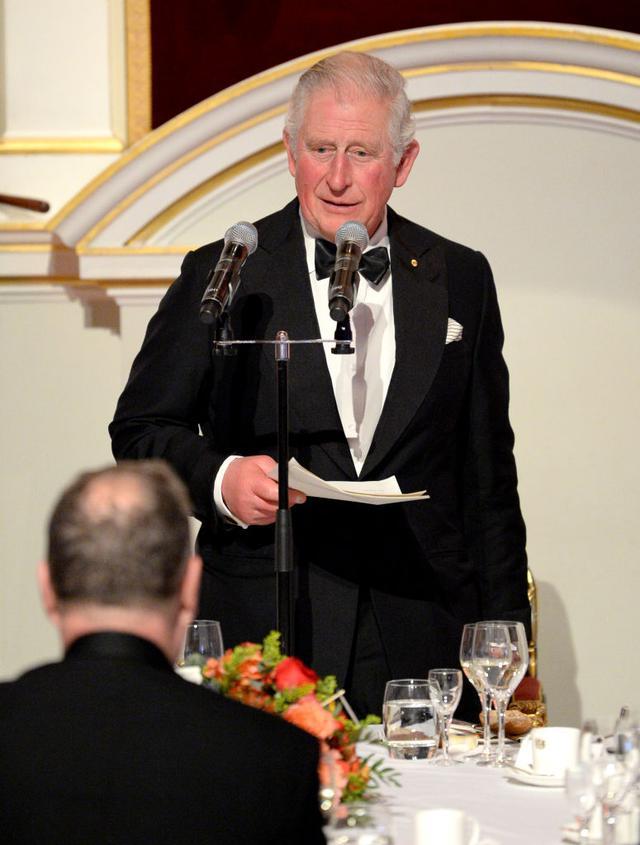画像: すでに感染していた可能性があると言われる3月12日、ロンドンで開催されたオーストラリアの叢林火災による被害を支援するチャリティーディナーでスピーチを行なったチャールズ皇太子。