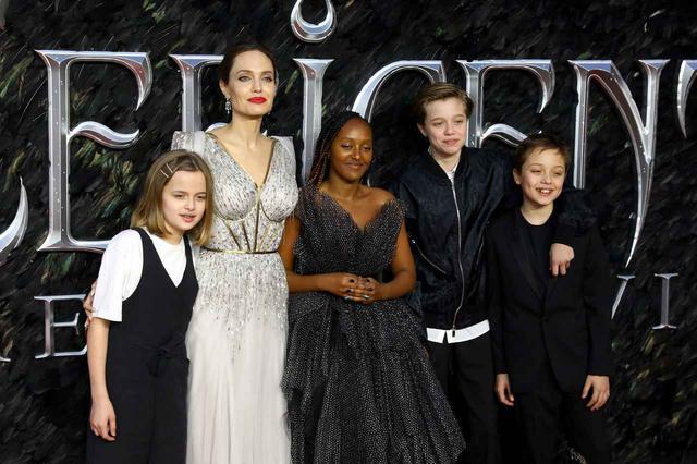画像: アンジェリーナと子供たち。左から、ヴィヴィアン、アンジェリーナ、ザハラ、シャイロ、ノックス。